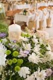 Blumen und feierliche Tabelle. Stockfoto