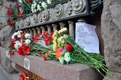 Blumen und Gedichte zum Gedenken an die Opfer des Terrorist atta lizenzfreie stockfotos