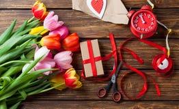 Blumen und Geschenke Stockfotos