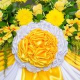 Blumen- und Gewebedekoration Lizenzfreie Stockfotos