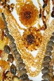 Blumen und Halsketten des Bernsteines auf Weiß Stockfoto