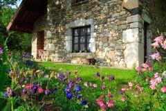 Blumen und Haus Stockbild