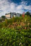 Blumen und Haus auf einer Klippe, bei Crescent Bay Point Park, in der Verzögerung Stockbilder