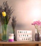 Blumen und Inneneinrichtung gegründet mit inspirierend Mitteilung 10 lizenzfreie stockfotos