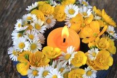 Blumen- und Kerzedekoration stockfotografie