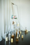 Blumen und Kerzen am Kamin Lizenzfreie Stockfotografie