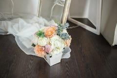 Blumen und Kerzen am Kamin Lizenzfreies Stockfoto
