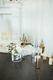 Blumen und Kerzen am Kamin Stockbild