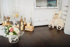Blumen und Kerzen am Kamin Lizenzfreies Stockbild