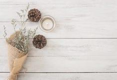 Blumen- und Kerzendekoration auf hölzerner Tabelle mit Plattenfahne Lizenzfreie Stockbilder