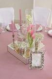 Blumen- und Kerzendekoration für eine Hochzeit Lizenzfreie Stockbilder