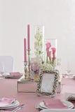 Blumen- und Kerzendekoration für eine Hochzeit Stockfoto