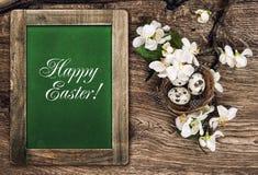 Blumen und Ostern-Nest mit Eiern Fröhliche Ostern Stockfotografie