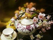 Blumen und Porzellan lizenzfreie stockfotos