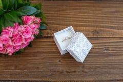 Blumen und Ring als Geschenk angebot Konzeptionsfeiertag, Valent Lizenzfreie Stockfotografie
