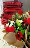 Blumen und rote Körbe Stockfotografie