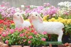 Blumen und Schafe lizenzfreie stockbilder