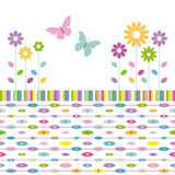 Blumen- und Schmetterlingsgrußkarte auf abstraktem Hintergrund der bunten Ellipsen Stockfotografie