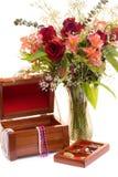 Blumen und Schmucksachen Lizenzfreie Stockfotos