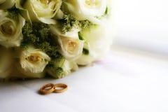 Blumen- und Schmucksachering auf Hochzeit Stockfotografie