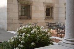 Blumen und Sitzplätze im Boston-Bibliothekshof Lizenzfreies Stockfoto
