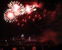 Blumen und Spinnen-Feuerwerke über den Cincinnati-Skylinen Stockfotos
