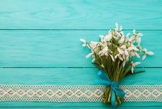 Blumen und Spitzeband auf blauem hölzernem Hintergrund Stockbild