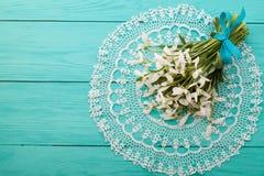 Blumen und Spitzeband auf blauem hölzernem Hintergrund Stockfotografie