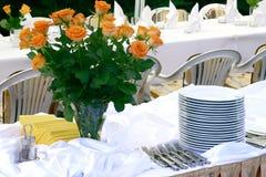 Blumen und Tafelgeschirr Stockfotografie