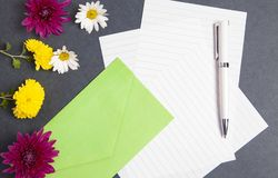 Blumen und Umschläge im schwarzen Hintergrund lizenzfreie stockfotos