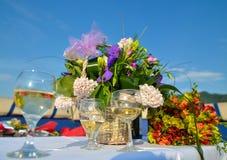 Blumen und weißer Wein lizenzfreies stockbild