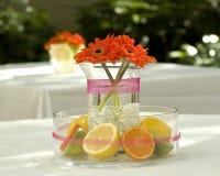 Blumen und Zitrusfrucht Stockfoto