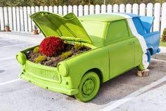 Blumen unter der Haube eines alten Autos Lizenzfreies Stockfoto