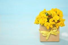 Blumen vereinbart in der Geschenkbox Lizenzfreie Stockbilder