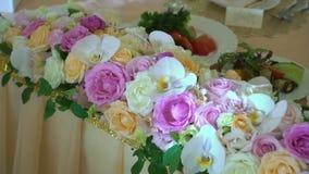Blumen verzierte Tabelle stock video footage