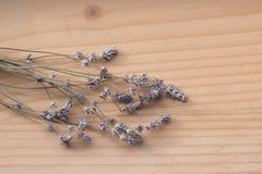 Blumen von lavand und von hölzernem Hintergrund stockfotografie