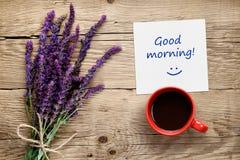 Blumen von salvia, von Kaffeetasse und von Papier mit gutem Morgen simsen auf Tabelle Lizenzfreie Stockfotos