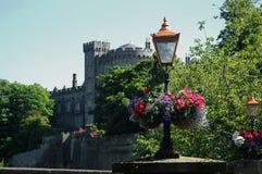 Blumen vor altem Schloss Stockbild