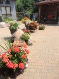Blumen vor dem Haus Stockfotos