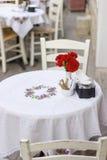 Blumen, weißer Speisetisch Stockbild