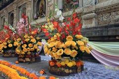 Blumenangebote entlang den Tempelwänden Lizenzfreies Stockfoto