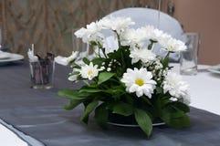 Blumenanordnung auf Hochzeitstafel Stockbilder