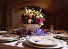 Blumenanordnung auf Tabelle Lizenzfreies Stockfoto