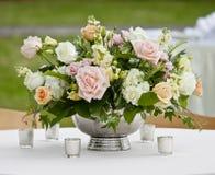 Blumenanordnung in der silbernen Schüssel Stockbilder