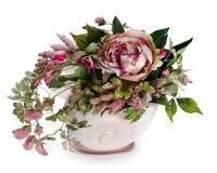 Blumenanordnung in einem rosafarbenen keramischen Vase Lizenzfreie Stockfotos