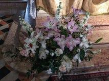 Blumenanordnung in einer Kirche stockbild