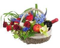 Blumenanordnung für Rosen, Orchideen, Früchte und Flasche Wein. lizenzfreie stockfotos