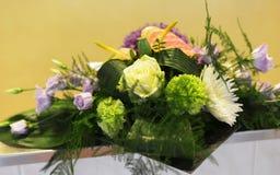 Blumenanordnung in grünem Gelbem und rosa Lizenzfreies Stockbild