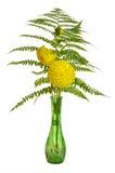 Blumenanordnung mit Farnen und Chrysanthemen stockfotos