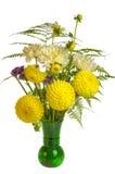Blumenanordnung mit Farnen und gelben Blumen Stockbilder